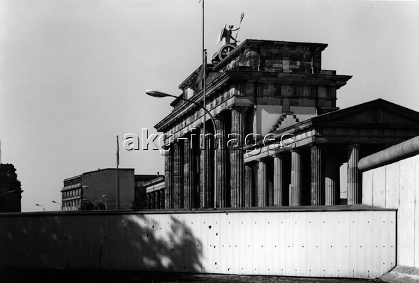 Brandenburg Gate and Berlin Wall / Photo