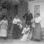 Familie vor Villa in Nikolassee / Foto - Family at villa in Nikolassee / Photo -