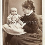 Mutter mit Kind / Foto um 1876 - -