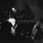 2-G20-B3-1965-1  Young couples in a Paris Bar, akg-images / Paul Almasy