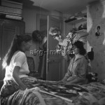 2-G90-F3-1960-2  Young women doing their hair, akg-images / Paul Almasy