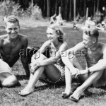 2-R20-F1-1940 Three young people sunbathing akg-images