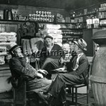 2-V60-A6-1946-1 Men in a drug store, 1946, akg-images