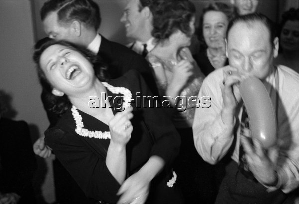 7US-M2-1141-6 At a New York party, akg-images / George Mann