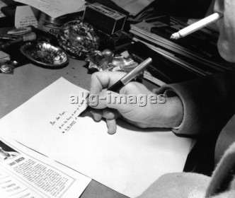 Georges Auric schreibend / Foto 1958 - Georges Auric Writing / Photo / 1958 - Georges Auric écrivant, 6 octobre 1958.