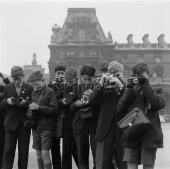 Paris (France), 1st Arr., Louvre / Palais du Louvre, (palace of the French kings; built 1546-1868; since 1793 a museum). - English boys on a school trip to France are taking photographs of the Cour Napoléon des Louvre; in the background the Pavillon Turgot. - Photo, 3rd April 1958.
