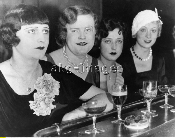 2-M191-T1-1931-2 Transvestites and female guests in the 'Eldorado' bar, Berlin, 1929 © akg-images