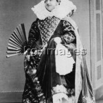 2-T30-R2-1865-1  Male amateur player as Queen  Elizabeth I of England, circa 1865 © akg-images / Archie Miles