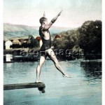 7-B4-BW_3693 Man diving into a lake, undated © akg-images / bilwissedition