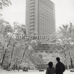7IT-E2-AA331388 A snow-covered small garden in Milan and the concrete skyscraper of piazza Cavour in the background. Milan, the '50s. © akg-images / Mondadori Portfolio