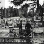 7IT-E2-AA331391  Paintings exhibited on a street in Milan / Photo, 1950s © akg-images / Mondadori Portfolio