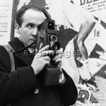 7IT-E2-AA400629  Italian photographer Mario De Biasi taking a picture. 1950s  Italian photographer Mario De Biasi taking a picture. 1950s  © akg-images / Mondadori Portfolio