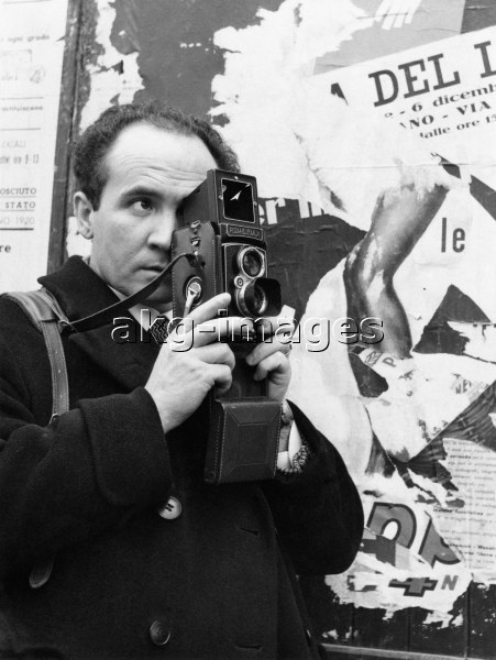Italian photographer Mario De Biasi taking a picture. 1950s © akg-images / Mondadori Portfolio