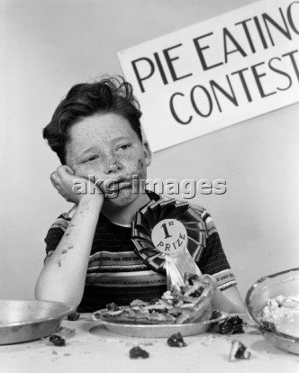 7US-C1-J544   ORIGINAL:  1950s BOY WINS 1ST PRIZE AT PIE-EATING CONTEST AND LOOKS SICK © H. ARMSTRONG ROBERTS / ClassicStock / akg-images