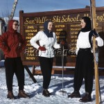 7US-C1-OC140259   ORIGINAL:  1940s 1950s THREE FASHIONABLY DRESSED WOMEN SKIERS BY SUN VALLEY SKI SCHOOL SIGN IDAHO USA © CAMERIQUE / ClassicStock / akg-images