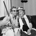 7US-C1-S14444   ORIGINAL:  1950s 1960s TWO ELDERLY WOMEN CHARACTERS GOSSIPING ONE WOMAN WITH HAIR CURLERS OTHER WITH HAT © D. CORSON / ClassicStock / akg-images