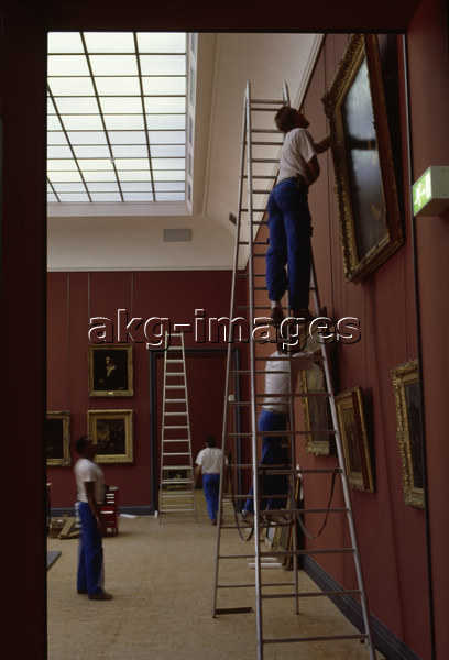 5FK-P1-F1-1992-33 Rehanging one the rooms dedicated to 19th-century French painting in the Louvre, 1992 © akg-images / CDA / Guillemot / St-Genès