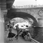 2-M115-R1-1955-1  Rock'n'Roll on the banks of the River Seine, Paris, 1950s.  © akg-images / Paul Almasy