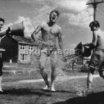 2-S70-O1-1956-4 Olympic Summer Games in Melbourne, 1956: British cyclists cooling off. © akg-images