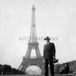 7-V1-VE_53365  Photographer Yevgeny Khaldei in Paris, 1946.  © akg-images / Voller Ernst / Yevgeny Khaldei