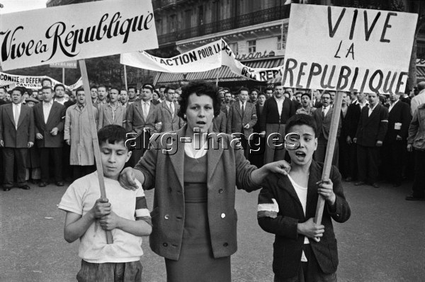 Anti-de Gaulle demonstration / May 1958.