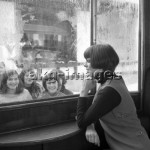 1FK-3065-F1969-2  Mireille Mathieu in Gstaad, looking at a group of fans, 1969 © akg-images / Hugues Vassal
