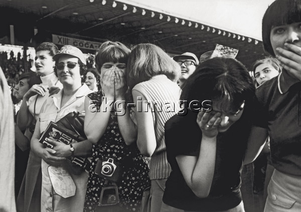 7IT-E2-AA324170 Excited spectators at the Beatles concert held at the Velodromo Vigorelli. Milan, 24 June 1965 © akg-images / Mondadori Portfolio
