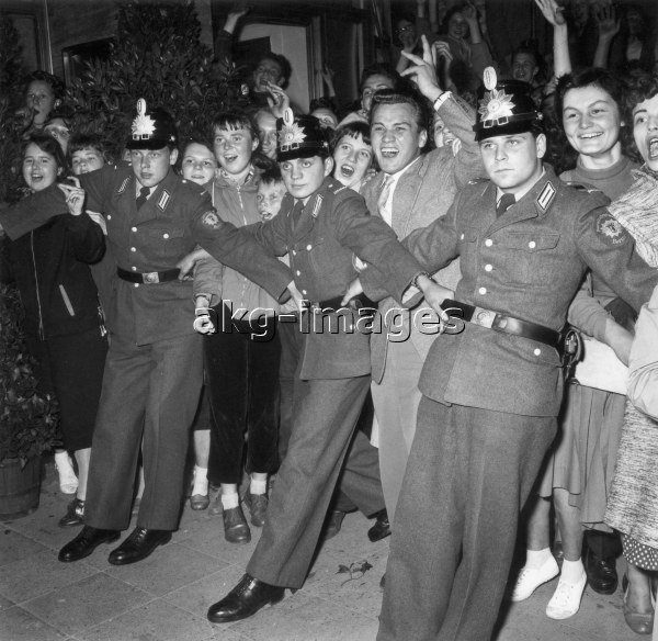 8-1956-6-22-O1-2 - Police restraining fans outside a movie theatre during the 1956 Berlin International Film Festival © akg-images / Gert Schütz