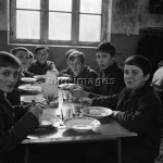 School children eating lunch, late 1960sPhoto: akg-images / Paul Almasy