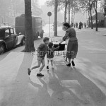 Paris, mother with her children, early 1950sPhoto: akg-images / Paul Almasy