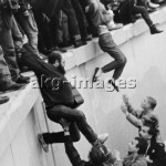 8-1989-12-22-A1-21 East and West Berliners storm the Berlin Wall, December 1989 © akg-images / Günther Schaefer