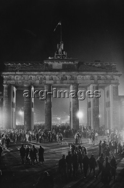 8-1989-12-31-A1-12 Berlin, New Year's Eve 1989 © akg-images / Günther Schaefer