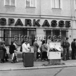 8-1990-7-2-A2-11 Queue outside a Sparkasse bank following fiscal union © akg-images / Günther Schaefer