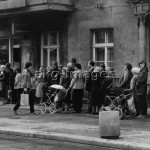 2-H10-K6-1982Queues at a bakers in East Berlin, 1982©akg-images / Udo Hesse