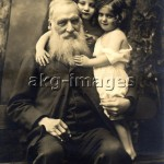 2-M141-G1-1910-1  Elderly man with two young girls / Photo, circa 1910 © akg-images / Peter Weiss