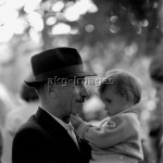 2-M141-G1-1960  Grandfather with grandchild, Hungary, 1960s © akg-images / Paul Almasy