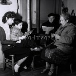 2-M50-F1-1944-1  A cold spell in France 1944/45: A family huddles round the stove for warmth © akg-images / Denise Bellon