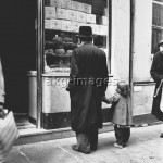2-V40-J3-1962-1  Jewish Quarter in Paris: Passers by in front of a baker's shop window, 1962 © akg-images / Paul Almasy