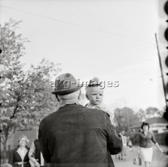 7OE-I1-519661 Grandfather carrying baby, 1970 © akg-images / Imagno