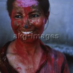 Hinduism, Holi Festival, Woman covered in paint powder. Photo: R. u. S. Michaud / akg-images