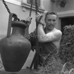 7IT-A1-0037003 Italian tenor Mario Del Monaco, wearing a greek toga, portrayed staying next to a well, Venice 1970. © akg-images / Archivio Cameraphoto Epoche
