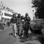 7IT-A1-0039001 American actor and director Dennis Hopper walking in a row with Tomas Milian, Garcia Stella and Daniel Ades, other actors of the movie 'The Last Movie'. They are wearing '70s trousers and shirt, Lido, Venice, september 1971. © akg-images / Archivio Cameraphoto Epoche