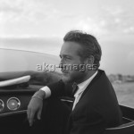 7IT-A1-0054002 Paul Newman, wearing a tuxedo and a bow tie, portrayed during a trip on a water taxi, a sailor cap on the dashboard, Venice 1963. © akg-images / Archivio Cameraphoto Epoche