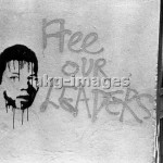 "- Graffiti with the portrait of Mandela   and the slogan ""Free our leaders"" on a    wall in Woodstock, Cape Town, 1986.       Photo (Graeme Williams).  photo: africanpictures / akg"