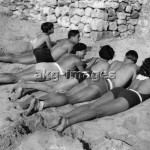 Men and women on the beach at Cannes. Photo, 1933. akg-images / Imagno