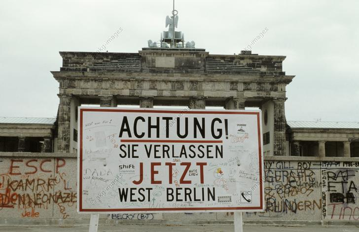 "Berlin, Brandenburg Gate (built from 1788–91 by C.G. Langhans).  The Wall at the Brandenburg Gate with the warning sign, ""Achtung! Sie verlassen jetzt West Berlin"" (Attention! You are now leaving West Berlin"".  Photo, undated 1980s. © akg-images / Pansegrau"