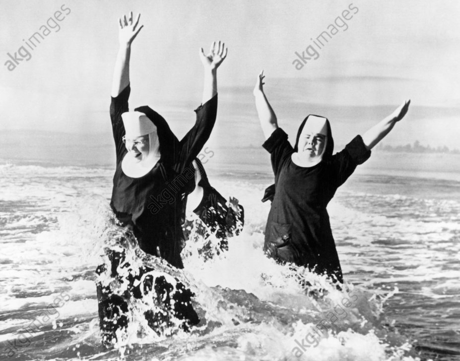 Nuns in the ocean, 1950s © Classicstock / akg-images / Camerique