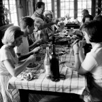 Family at the dinner table, 1960s ©akg-images / Paul Almasy