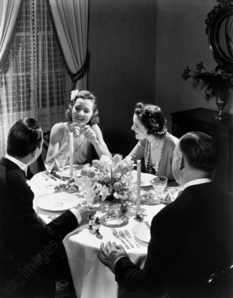 1930s TWO COUPLES FORMAL DINNER PARTY SITTING AT TABLE