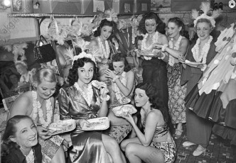 The Aloha Girls in their dressing room, New York –1938 © akg-images / George Mann